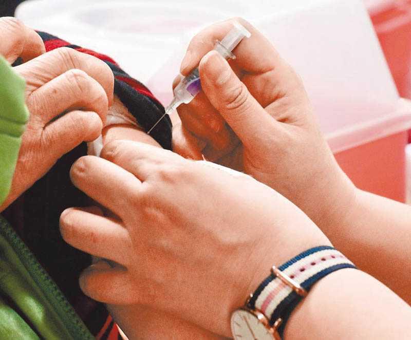 除了武漢肺炎,流感疫情也持續增溫,醫師呼籲高風險族群如慢性病患應接種疫苗,可降低重症風險。(圖/報系資料庫)