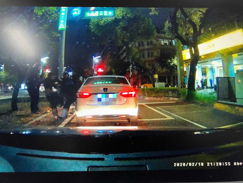 警方眼見白車因為路口車流量大被堵住,眼見機不可失,衝上前逮人。(圖/翻攝畫面)