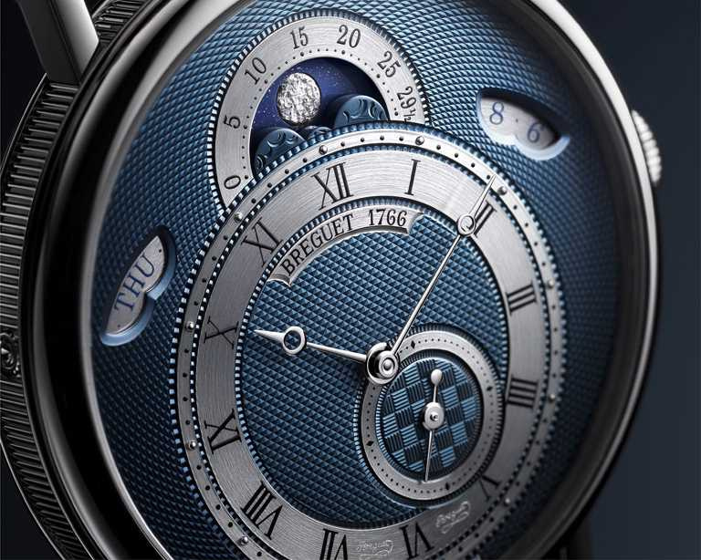 BREGUET「Classique經典系列7337月相腕錶」運用雲朵雕刻,搭配亮面浮雕、啞光凹槽,顯示天空銀河及月相盈虧。(圖╱BREGUET提供)