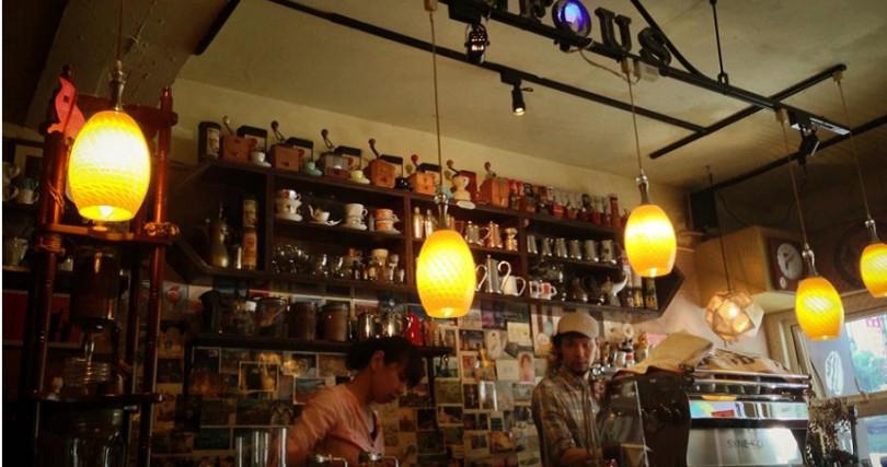 Rufous Coffee空間走典雅風,聚集的都是熱愛咖啡的人。(圖/余玫鈴)