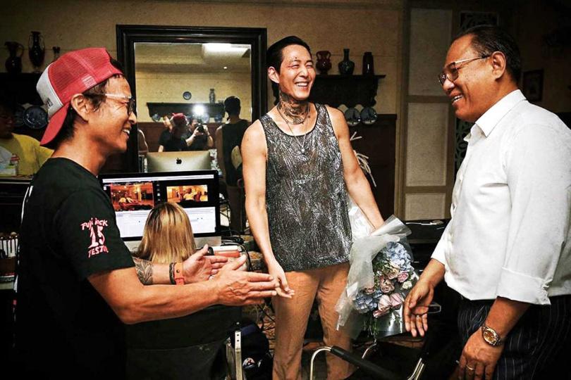 片中角色的服裝及紋身,李政宰皆參與討論和設計。(圖/翻攝自cjenmmovie IG)