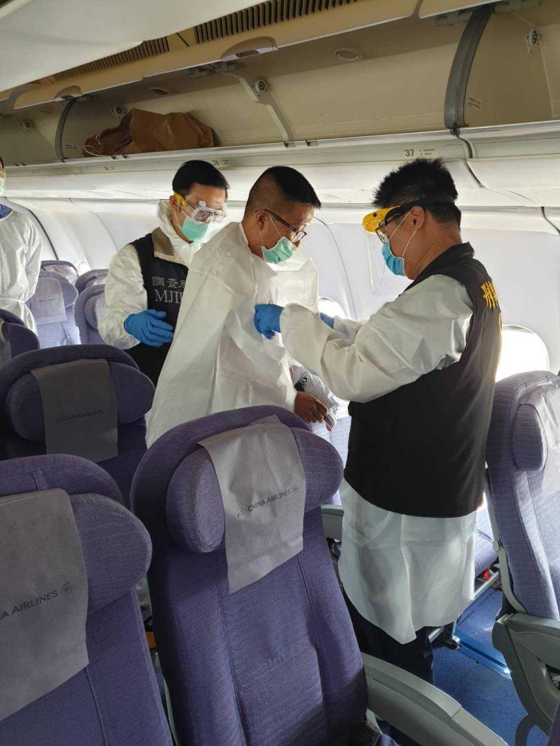 秦庠鈺在幹員押解下上機,預定今下午抵台赴北檢歸案。(圖/翻攝畫面)