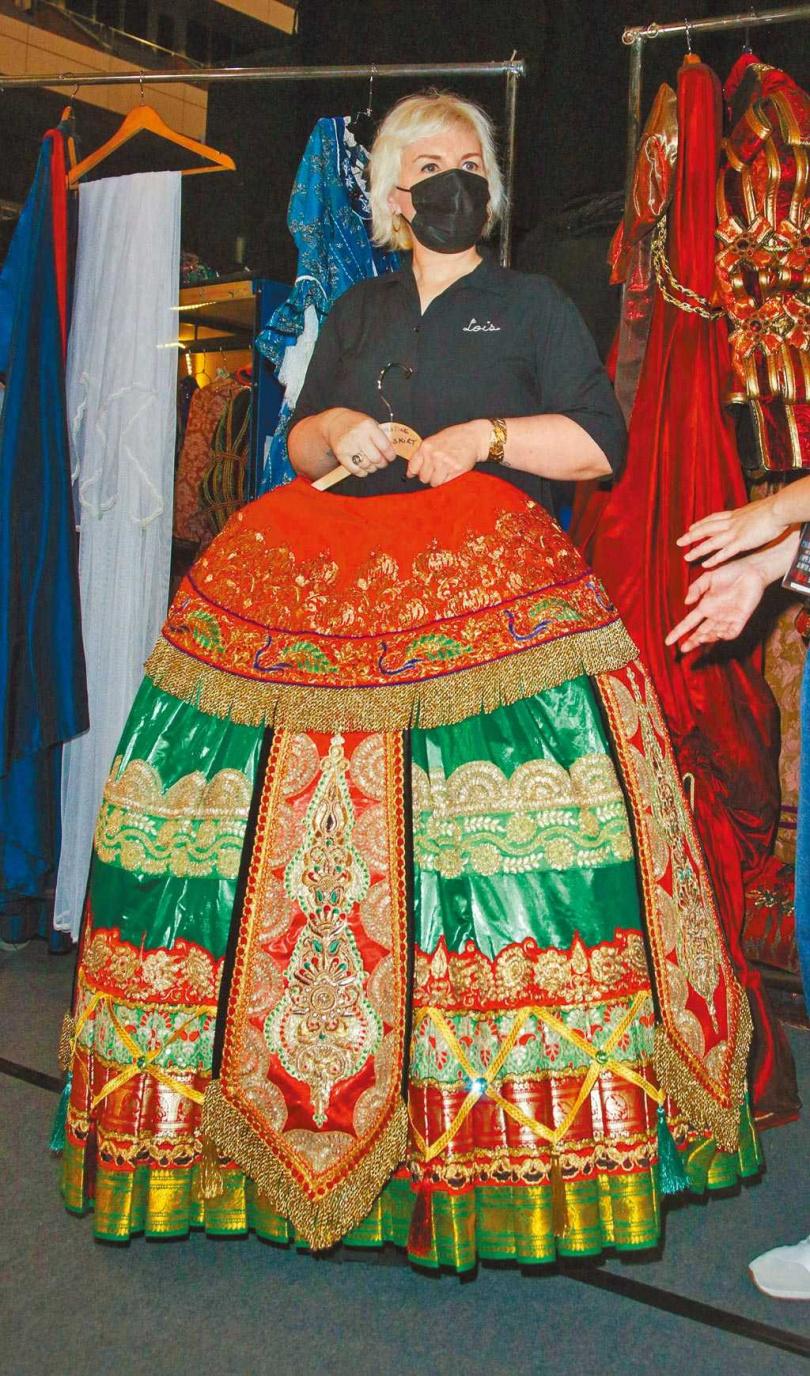 「克莉絲汀」在劇中劇《漢尼拔》穿著的長裙重達3公斤以上。(圖/吳松翰攝)