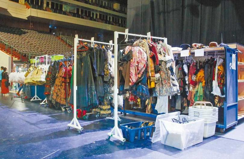 《歌劇魅影》每場演出有高達約375套華服,每天演出完都需經過專人乾洗。(圖/吳松翰攝)