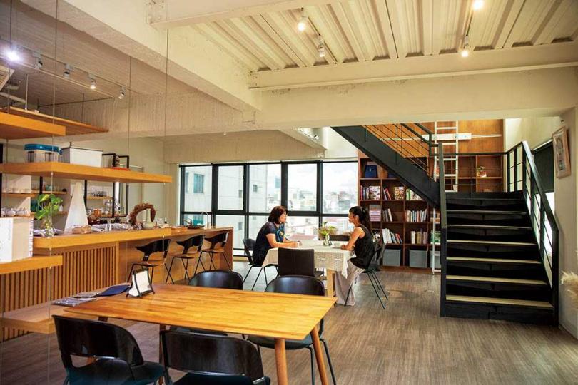 隱身在大樓內的甜點工作室「食在有藝」,寬敞的空間明亮舒適。(圖/宋岱融攝)