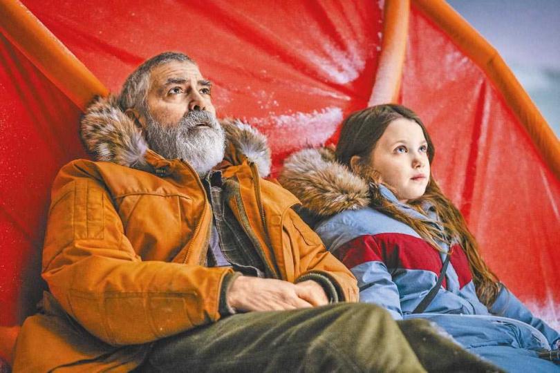 喬治克隆尼(左)在《永夜漂流》中,與意外被留下的小女孩共同面對末日的逼近。(Netflix提供)
