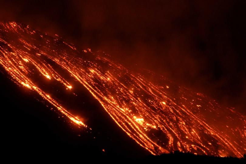 義大利埃特納火山連日來第4度爆發,岩漿噴發場面驚人。(圖/路透社)