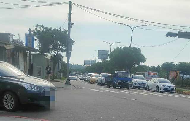 網友拍下住家附近車潮照片,稱週末假期滿滿都是出遊的人。(圖/爆怨2公社)