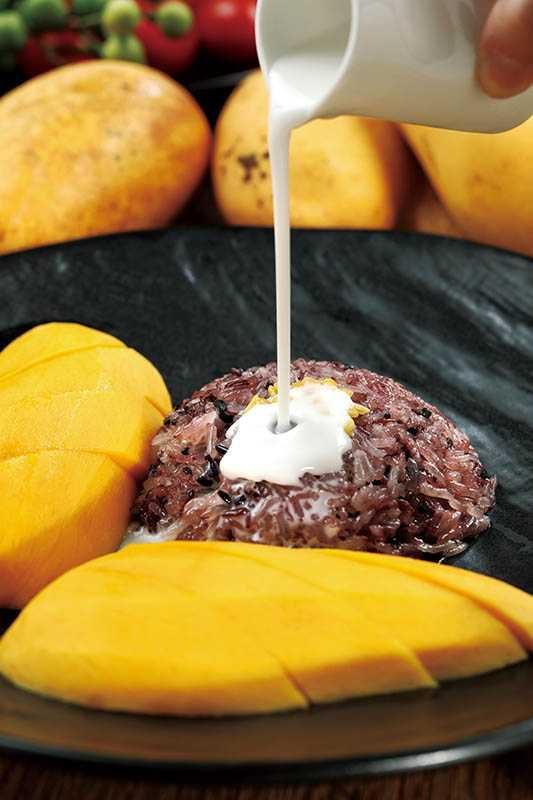 經典甜食「芒果糯米飯」選用香甜Q軟的芒果搭配糯米。(320元)(圖/于魯光)