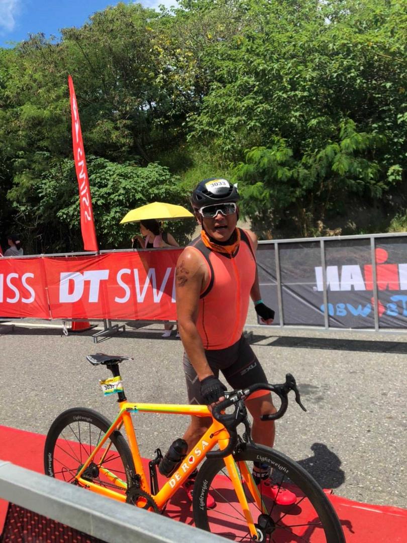 江宏恩在烈日下比賽單車賽段。(圖/台灣鐵人三項公司提供)