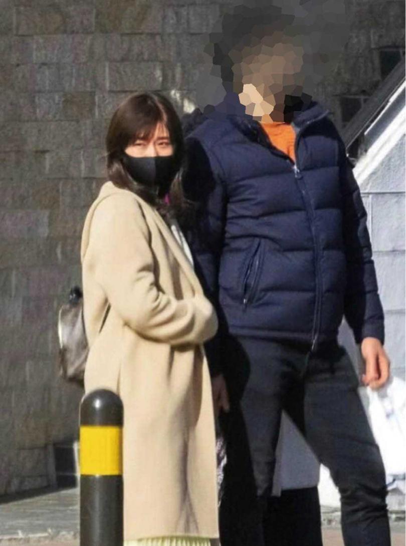 3月3日日媒報導福原愛與一名高大男子出遊,被外界解讀成她與江宏傑的婚姻即將不保。(圖/翻攝自《女性SEVEN》)
