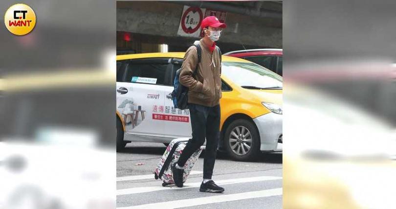 江宏傑在行天宮站下車,拖著HELLO KITTY的行李箱前往經紀公司。