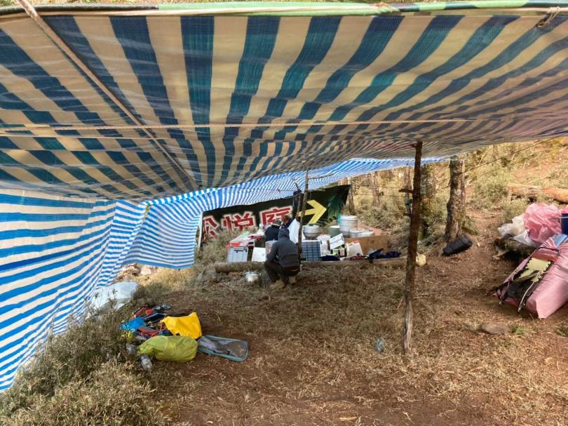 高山協作於妹池附近的新武呂溪營地,臨時搭出的炊事區。(圖/李蕙璇攝)