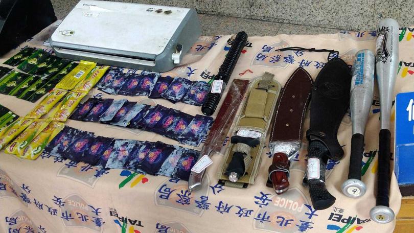 警方於朱男的招待所查獲許多毒品及武器。(圖/翻攝畫面)