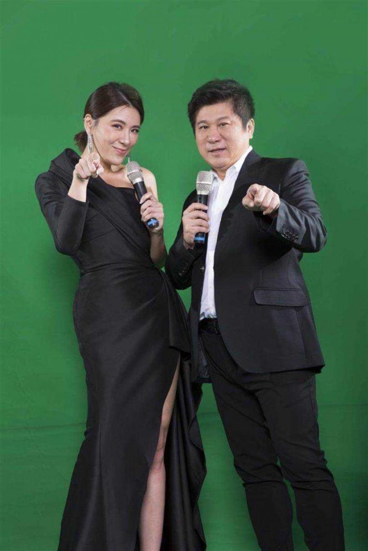 胡瓜(右)與小禎父女聯手主持《地球人請回答》。(圖/中天綜合台提供)
