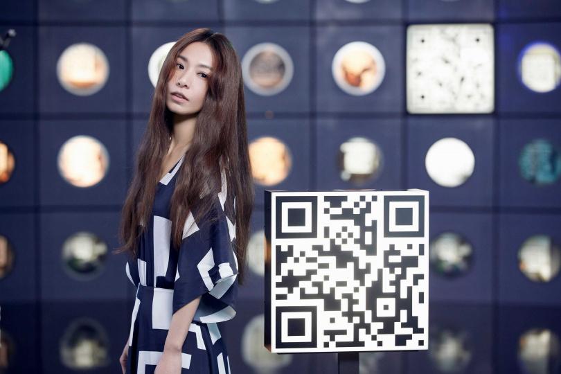 新歌MV畫面充滿科技迷幻元素,Hebe喊話粉絲記得截圖掃QR Code,看看會有什麼驚喜。(圖/何樂音樂提供)