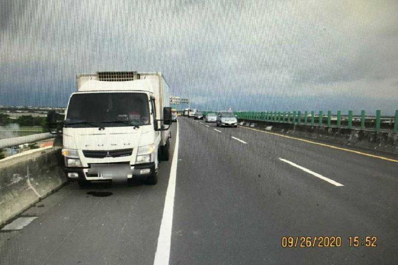 水產行小貨車在88快速道路惡意逼車重機騎士。(圖/讀者提供)