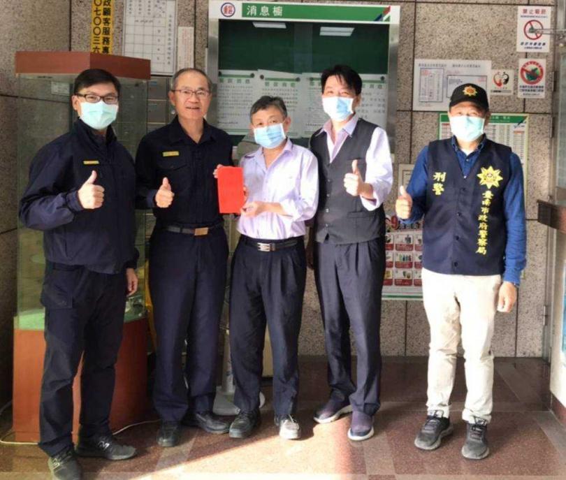 台南白河警分局分局長陳明宏(左二)得知警方聯手東山郵局成功阻詐,前往表揚張姓行員。(圖/警方提供)