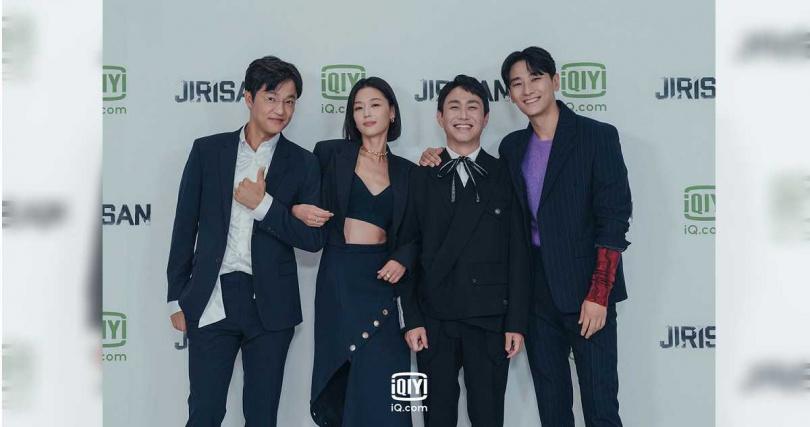 全智賢笑說要說服自己在劇中和趙漢哲(左一)同齡,感到相當掙扎。