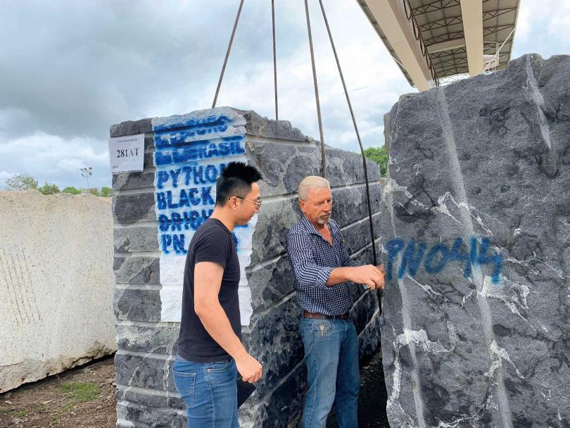 起重機是搬運石材的主要工具,為了避免碰撞碎裂,使用時得萬分小心。(圖/業者提供)