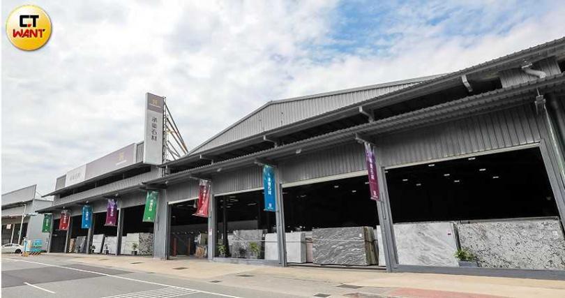 占地900坪的承豪石材一館位在新北市八里區,門口排放各式石材,非常壯觀。(圖/馬景平)