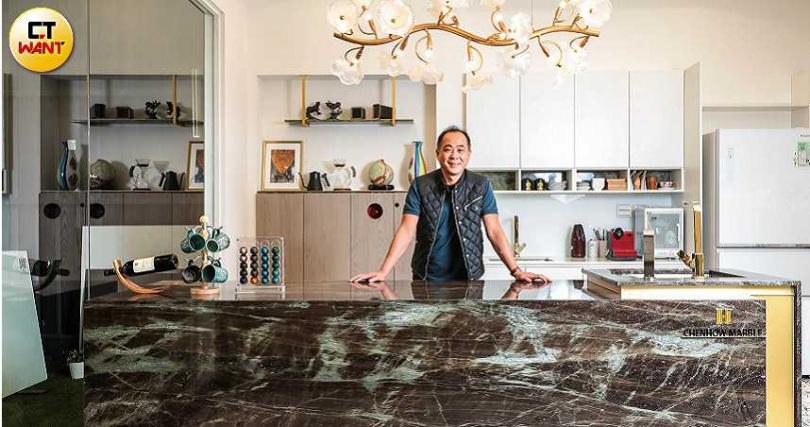陳博崑建議,餐桌等家具檯面最好選用花崗石,沾到污漬才不會太顯眼。(圖/馬景平攝)