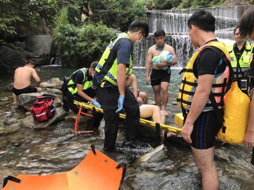消防隊員趕到現場,女子意識清楚,使用軟式擔架固定傷者,移動到救護車送院救治。(圖/花蓮縣消防局提供)