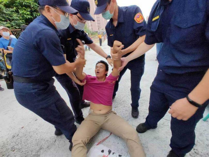 僵持10分鐘後,警方破門而入將人綠續駕出。(圖/中國時報洪榮志攝)
