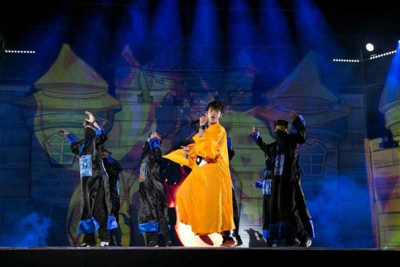 鼓鼓昨晚扮演道士,率領殭屍軍團登上桃園萬聖城演出。(圖/相信音樂提供)