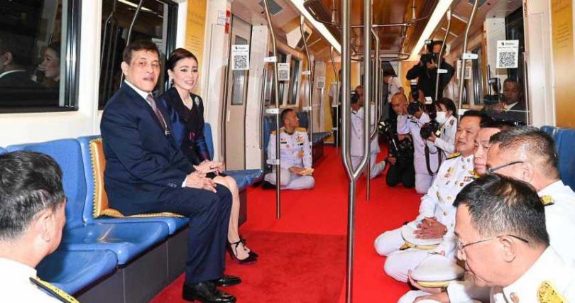 泰王跟王后搭乘曼谷新地鐵。(圖/翻攝自Thairath - ไทยรัฐออนไลน์臉書)
