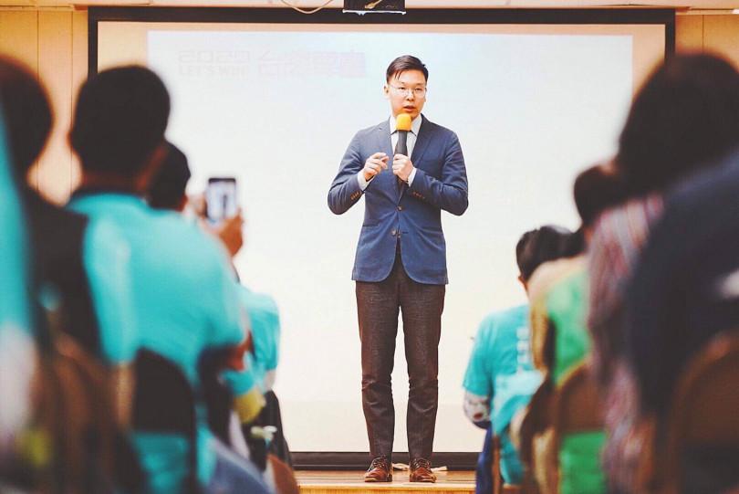 民進黨副秘書長林飛帆以決議文《社會同行、世代共贏》為主題演講。(圖/民進黨提供)