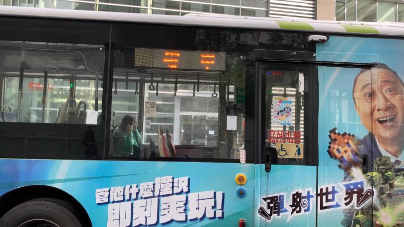 壹電視一名劉姓攝影師猝死大樓內,衛生局急設快篩站。(圖/李宗明攝)