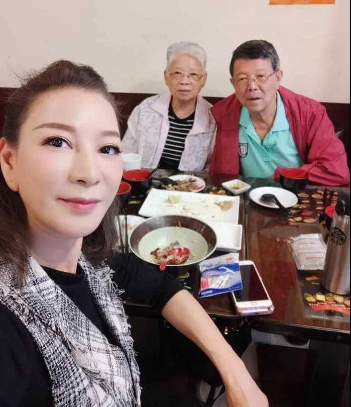 楊繡惠帶著爸爸阿西去打疫苗。(圖/翻攝自楊繡惠臉書)
