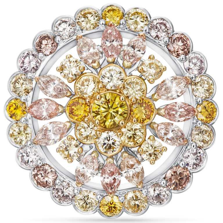 DE BEERS「Reflections of Nature」系列高級珠寶,Landers Radiance黃鑽圓牌戒指。(圖╱DE BEERS提供)