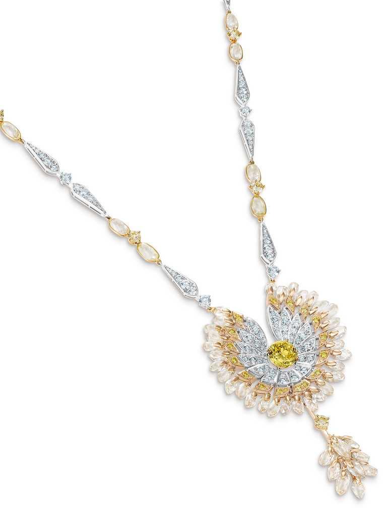 DE BEERS「Reflections of Nature」系列高級珠寶,Namib Wonder鳥形鑽石項鍊,圓形明亮式切割濃彩黃鑽主鑽2.31克拉。(圖╱DE BEERS提供)