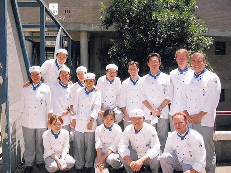 到澳洲藍帶學藝,結識許多外國廚師同學。(圖/徐孟楷提供)