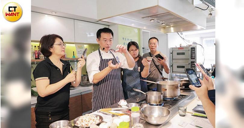雖是廚藝教學的新秀老師,但能說會做手藝又好的徐孟楷,得到學員的肯定。(攝影/馬景平)