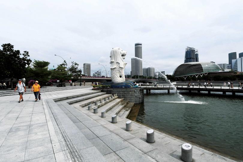 許多人期待夏天的高溫能夠抑制疫情,但新加坡氣溫早已突破攝氏30度,依舊爆發群聚感染。(圖/新華社)