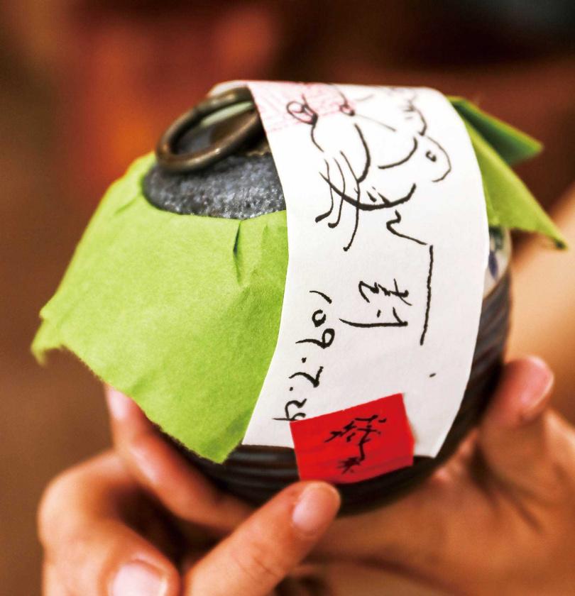 「王鼎茶園民宿」的女兒紅藏茶,將茶葉封存在陶甕茶器中,歷經數年後開啟品嘗,風味更佳。(600元)(圖/焦正德攝)