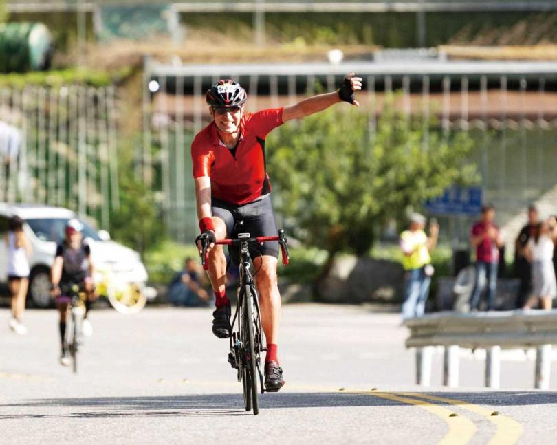 對自行車狂熱的麥迪加,加入車隊遠征台灣各地。(圖/麥迪加提供)