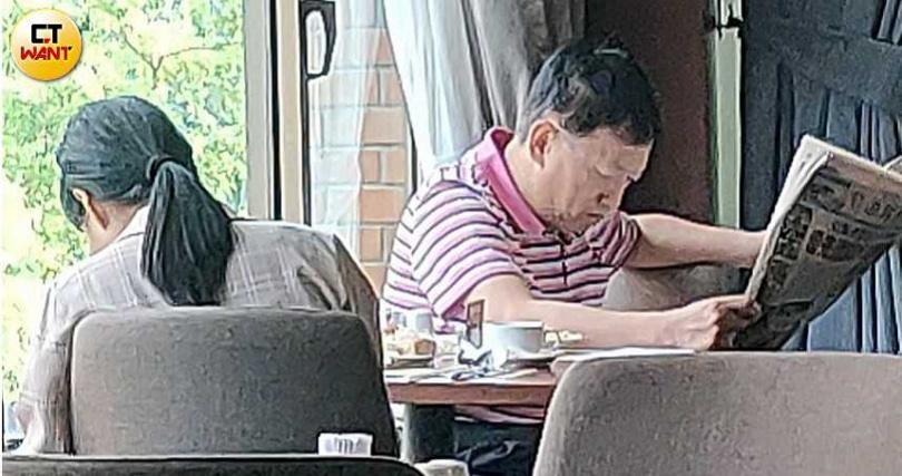 8月30日,補過七夕情人節的柯文賢和外遇對象小玉在一宿後出現在飯店餐廳用早餐,兩人互動宛如老夫老妻。(圖/本刊攝影組)