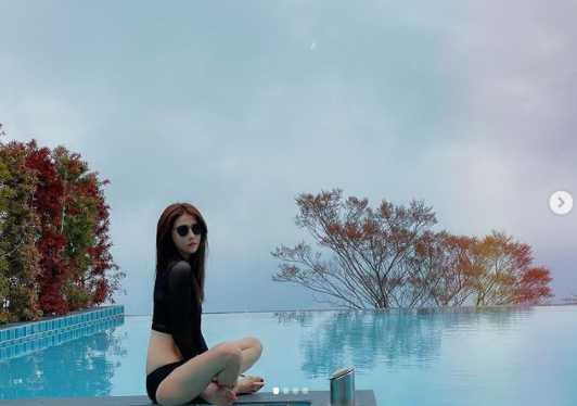 邵雨薇穿黑色泳裝在池畔拍照,身材曲線令人羨慕。(圖/翻攝自IG/1989ivyshao)