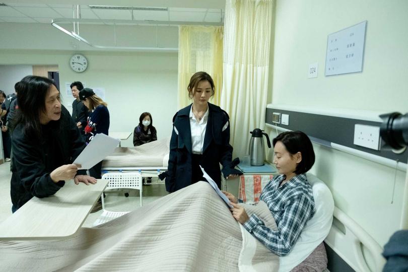 《感動她77次》導演邱禮濤和惠英紅、蔡卓妍在拍攝現場。