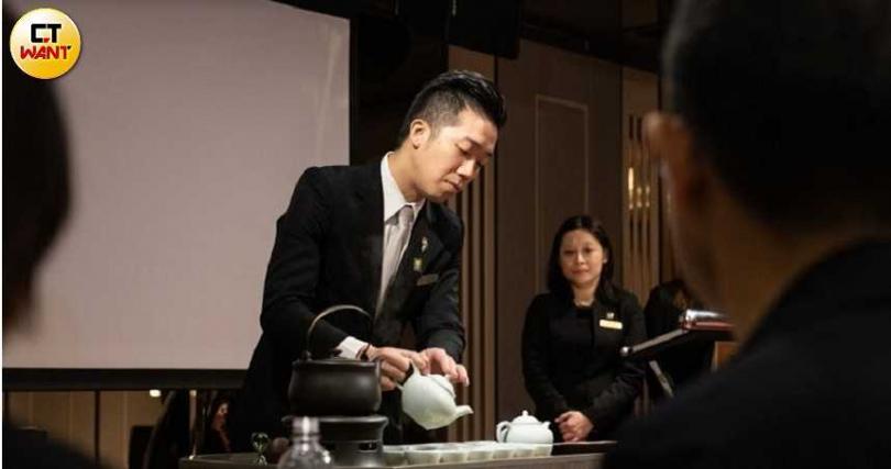 姚咨佑同時具有侍酒師及侍茶師的身分。(圖/張文玠攝)