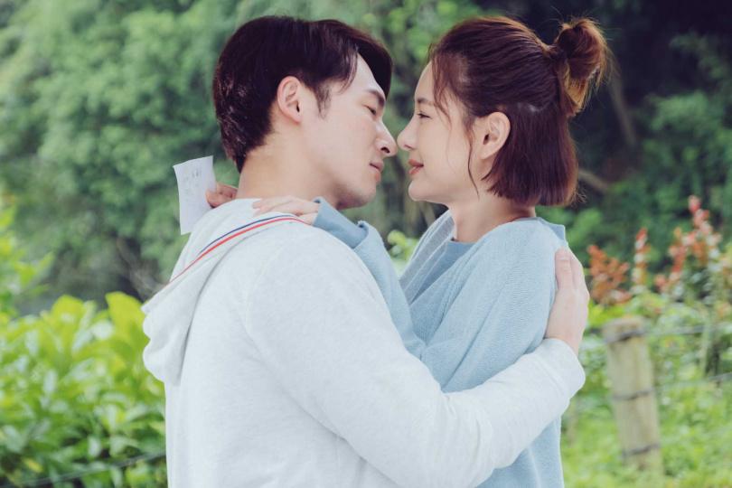 溫昇豪(左)與安心亞吻戲畫面唯美。(歐銻銻娛樂提供)
