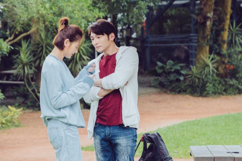 溫昇豪(右)與舊愛安心亞劇中甜蜜約會。(歐銻銻娛樂提供)