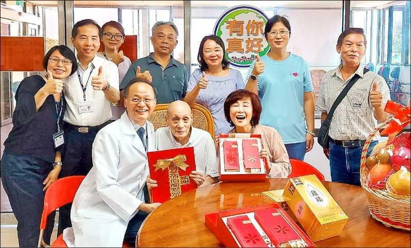劉明芝爺爺捐700萬畢生積蓄,卻常以饅頭、白開水度日。(圖/北榮新竹分院提供)
