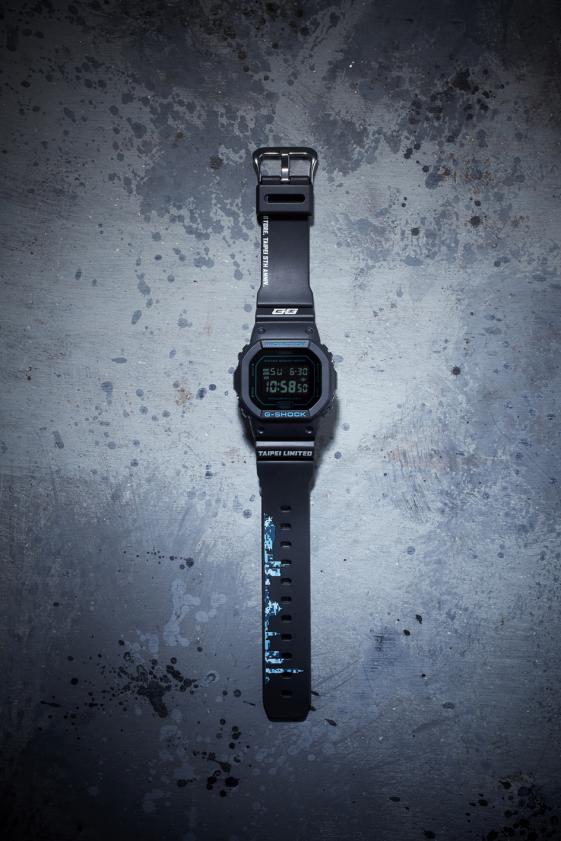 G-SHOCK STORE, TAIPEI五周年限定版(型號DW-5600BBMGT5,定價4,500元),錶帶上用藍色數位迷彩勾勒出台北天際線。(圖/卡西歐提供)