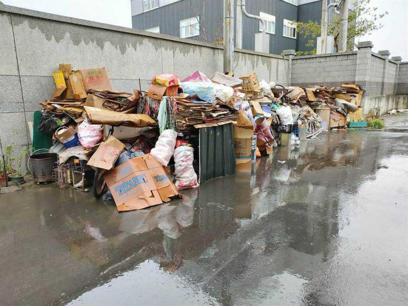 附近居民表示,堆放物品已經長達3年,還越來越多,屋主說會清理但都沒有。(圖/中國時報吳建輝攝)