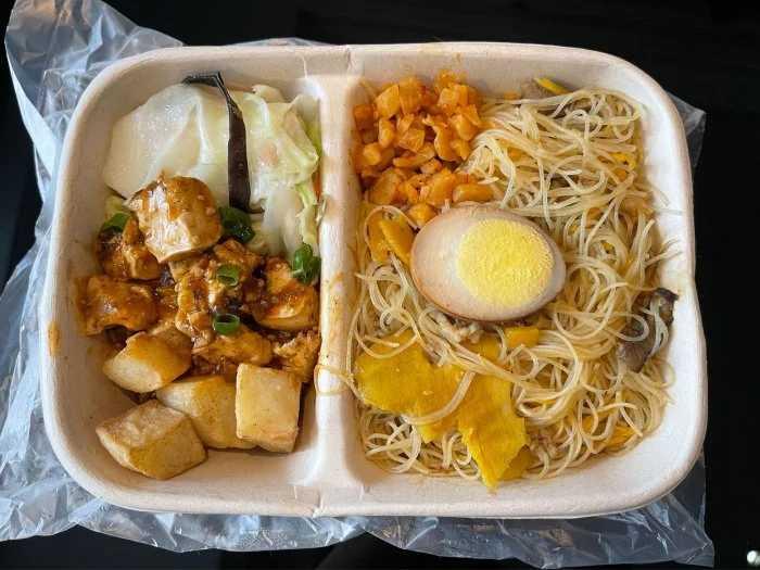 炒米粉+紅燒豆腐+高麗菜+黑胡椒馬鈴薯。(圖/Dcard)